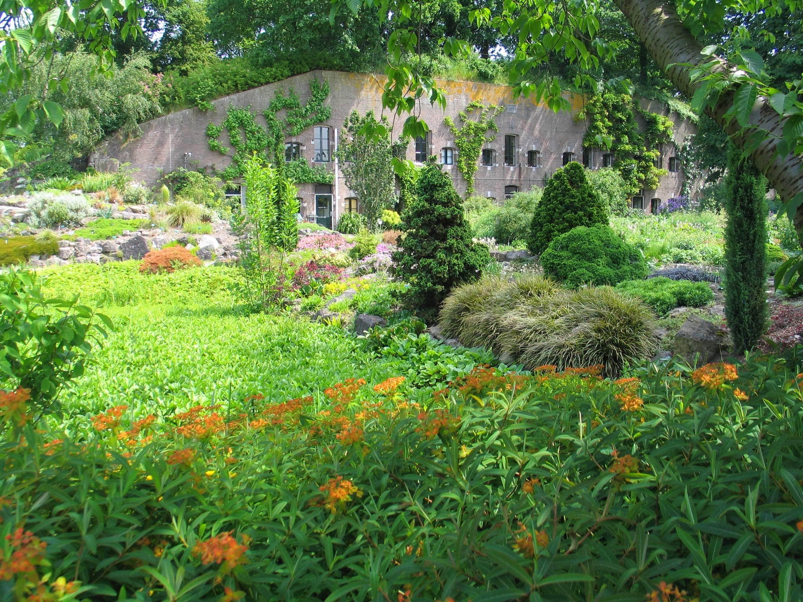 zicht op het fort in de botanische tuinen, in weelderige bloei in de zomer
